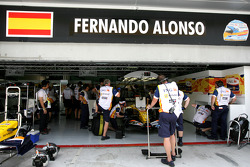 Fernando Alonso, Renault F1 Team, R28, garage