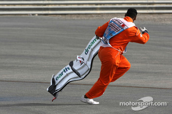 A marshall retrives the front wing of Jenson Button, Honda Racing F1 Team