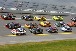 David Ragan leads a big pack in turn 4