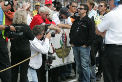 Michael Andretti watches qualifying on the big screen