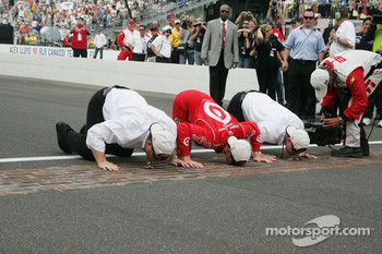 Scott Dixon kisses the bricks