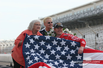 The winner's quit is presented to Scott Dixon