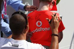 Lewis Hamilton, McLaren Mercedes signs a boys t-shirt