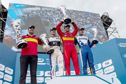 Podium: winnaar Lucas di Grassi, ABT Schaeffler Audi Sport, tweede Sam Bird, DS Virgin Racing Formula E Team, derde Robin Frijns, Amlin Andretti