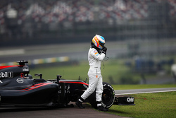 Fernando Alonso, McLaren MP4-30 stopte op het circuit in de tweede vrije training