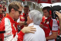 Sebastian Vettel, Ferrari met Bernie Ecclestone, op de grid