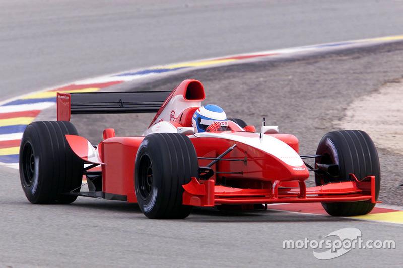Mika Salo bei den ersten Runden eines Formel-1-Autos von Toyota