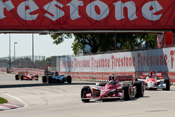 Start: Scott Dixon leads Helio Castroneves