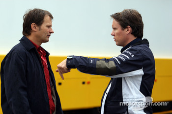 Michael Schmidt [AMS] talks with Sam Michael, WilliamsF1 Team, Technical director