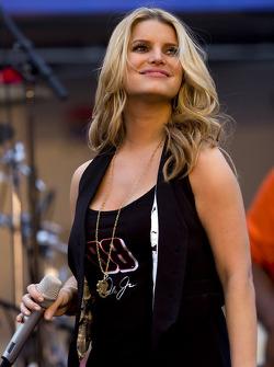Jessica Simpson sings on stage