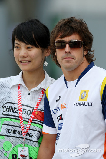 Fernando Alonso, Renault F1 Team with a fan