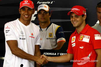 FIA press conference: Lewis Hamilton, McLaren Mercedes and Felipe Massa, Scuderia Ferrari, shake hands