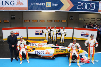Fernando Alonso, Flavio Briatore, Nelson A. Piquet, Romain Grosjean and Renault development drivers with the new Renault R29