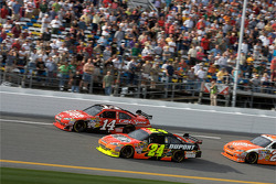 Jeff Gordon, Hendrick Motorsports Chevrolet passes Tony Stewart, Stewart-Haas Racing Chevrolet for the lead
