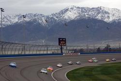 Jimmie Johnson, Hendrick Motorsports Chevrolet and Kurt Busch, Penske Racing Dodge battle