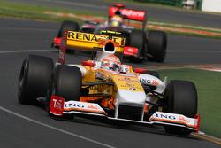 Nelson A. Piquet, Renault F1 Team, R29 leads Lewis Hamilton, McLaren Mercedes