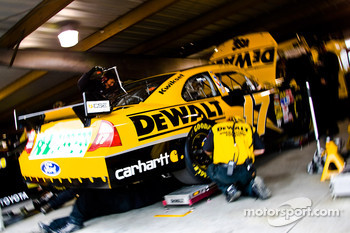 Matt Kenseth's crew makes adjustments to the DeWALT Ford