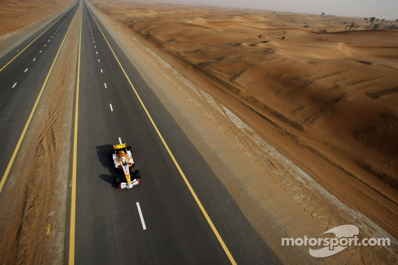 FIA-Vizepräsident Mohamed Ben Sulayem fährt den Renault R28 über einen Highway in Dubai
