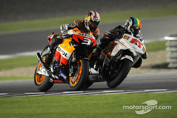 Dani Pedrosa, Repsol Honda Team and Alex De Angelis, San Carlo Honda Gresini battle