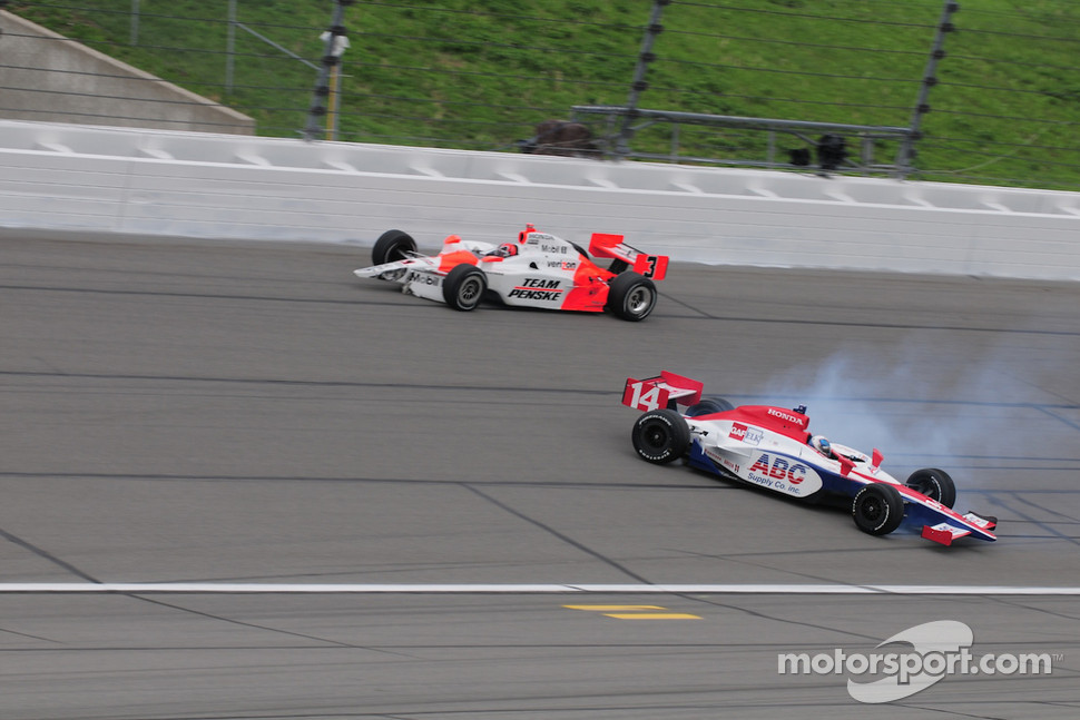 Helio Castroneves, Penske Racing gets into the back of Vitor Meira, A.J. Foyt Enterprises