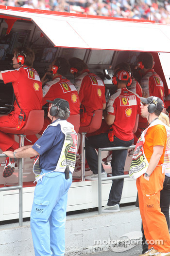 Michael Schumacher, Test Driver, Scuderia Ferrari on the pit wall
