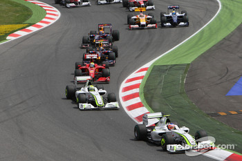 Start: Rubens Barrichello, Brawn GP leads Jenson Button, Brawn GP