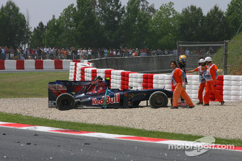 Sebastien Buemi, Scuderia Toro Rosso after crashing