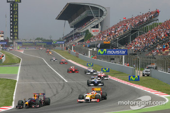 Restart: Mark Webber, Red Bull Racing and Fernando Alonso, Renault F1 Team