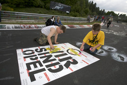 Young fans paint the track at Brünnchen