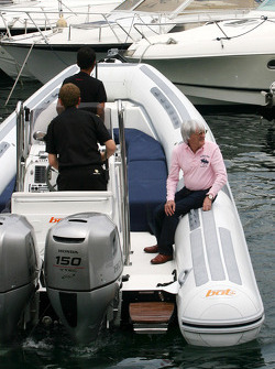 Bernie Ecclestone goes to the FOTA meeting on Flavio Briatore yacht