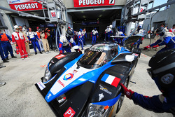 Trouble for #7 Team Peugeot Total Peugeot 908: Christian Klien, Pedro Lamy, Nicolas Minassian