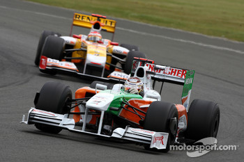 Adrian Sutil, Force India F1 Team leads Fernando Alonso, Renault F1 Team