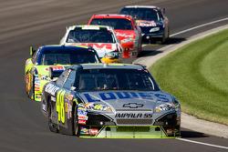 Jimmie Johnson, Hendrick Motorsports Chevrolet leads Mark Martin, Hendrick Motorsports Chevrolet
