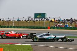 Lewis Hamilton, Mercedes AMG F1 Team W07 and Kimi Raikkonen, Ferrari SF16-H battle for position