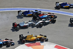 Start crash with Marcus Ericsson, Sauber C35, Rio Haryanto, Manor Racing MRT05, Esteban Gutierrez, Haas F1 Team VF-16 and Nico Hulkenberg, Sahara Force India F1 VJM09