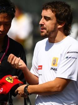 Fernando Alonso, Renault F1 Team with a Ferrrari Base ball cap