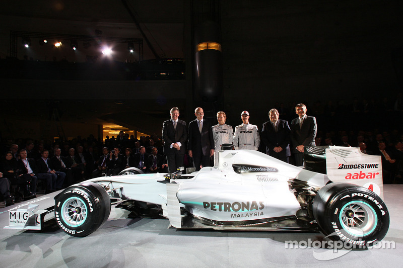 Ross Brawn, Dr. Dieter Zetsche, Nico Rosberg, Michael Schumacher, Norbert Haug und Nick Fry posieren mit dem Brawn von 2009, der schon die 2010er-Farben trägt.