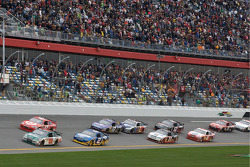 Start: Dale Earnhardt Jr., Hendrick Motorsports Chevrolet and Juan Pablo Montoya, Earnhardt Ganassi Racing Chevrolet lead the field