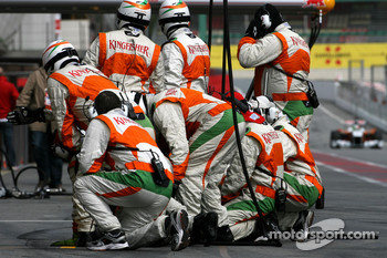 Force India F1 Team mechanics wait Force India F1 Team Vitantonio Liuzzi, Force India F1 Team