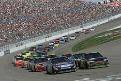 Restart: Matt Kenseth, Roush Fenway Racing Ford and Jeff Gordon, Hendrick Motorsports Chevrolet lead the field