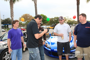 Justin Wilson, Dreyer & Reinbold Racing, signs autographs