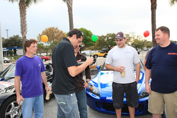 Justin Wilson, Dreyer & Reinbold Racing, signs autographs