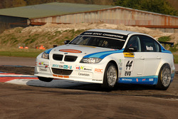 Andy Neate WSR BMW 320si cuts the Chicane
