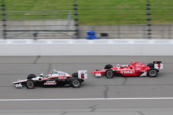 Ryan Briscoe, Team Penske leads Scott Dixon, Target Chip Ganassi Racing