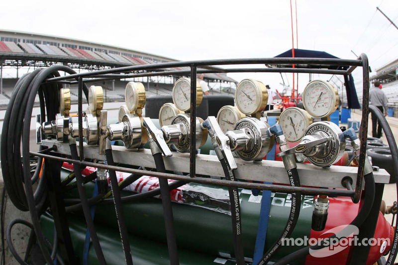 Air Tanks on pit lane