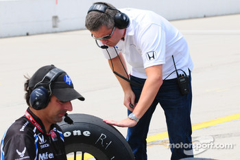 Gil de Ferran looking at a tire