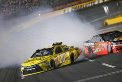 Crash: Matt Kenseth, Joe Gibbs Racing Toyota, und Tony Stewart, Stewart-Haas Racing Chevrolet