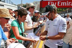 Фернандо Алонсо, McLaren дає автографи вболівальникам