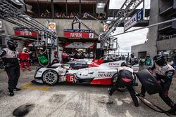 Піт-стоп і остання зміна пілотів #5 Toyota Racing Toyota TS050 Hybrid: Ентоні Девідсон, Себастьян Буемі, Казукі Накадзіма