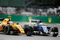 (L to R): Kevin Magnussen, Renault Sport F1 Team RS16 and Marcus Ericsson, Sauber C35 battle for position